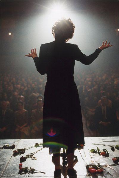 Niczego nie żałuję - Edith Piaf - kadr z filmu 3 - Francuski przy kawie